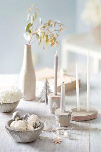 Ganz zart wirken die charmanten weißen Blickfänger auf dem Tisch. Foto: djd/Ferrero/Gaby Zimmermann