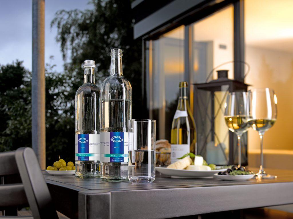 Mineralwässer neutralisieren die Geschmacksknospen von Zunge und Gaumen und unterstreichen - je nach Sorte - das gute Aroma eines Weines zusätzlich. Foto: djd/Staatl. Fachingen