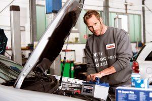 Ein regelmäßiger Batteriecheck in der Werkstatt beugt ärgerlichen Pannen vor - gerade in der kalten Jahreszeit. Foto: djd/Robert Bosch GmbH