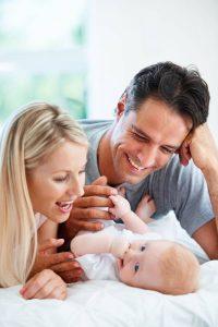 Entspannt bleiben: In den ersten Monaten mit Baby ist gemeinsame Zeit wichtiger als jeder Pekip-Kurs. Foto: djd/IKK classic/thx