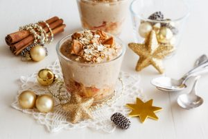 Als wahre Multitalente lassen sich Haferflocken beispielsweise auch als Dessert im Weihnachtsmenü genussvoll einsetzen. Foto: djd/Hafer Die Alleskörner/Eva Gruendemann