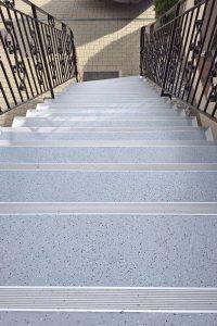 Rutschsicher durch den Winter: Eine intakte und frostfeste Treppe punktet nicht nur optisch - sie erhöht auch die Sicherheit rund ums Haus. Foto: djd/Triflex