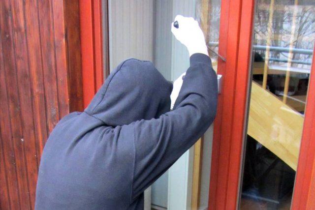 Spuren, die Einbrecher etwa an Türen hinterlassen, muss der Vermieter auf seine Kosten beseitigen lassen.