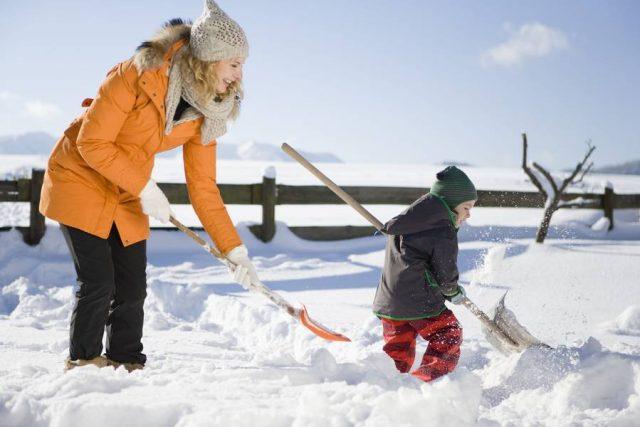Selbst das lästige Schneekehren lässt sich in ein kurzweiliges Erlebnis für die ganze Familie verwandeln. Wichtig ist aber gerade im Winter, auch in Sachen Versicherungsschutz nicht ins Schleudern zu kommen.