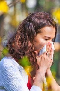 Heuschnupfen plagt Betroffene nicht nur im April und Mai. Frühblüher wie Hasel, Erle und Esche können Allergikern schon ab Januar zu schaffen machen.