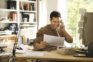 Wenn alle Bewerbungsunterlagen vollständig sind, sollte man sie vor dem Versand noch einmal gründlich kontrollieren.
