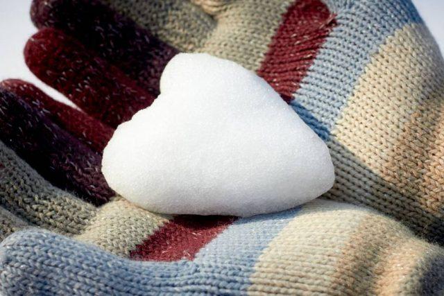 Wenn es kalt ist und schneit, reagiert das Herz: Internisten weisen darauf hin, dass die Blutdruckwerte im Winter oftmals höher sind als im Sommer.