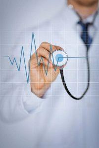 """Ärzte warnen: Das Herz """"tickt"""" im Winter anders als im Sommer - der Blutdruck steigt und die Medikation muss angepasst werden."""