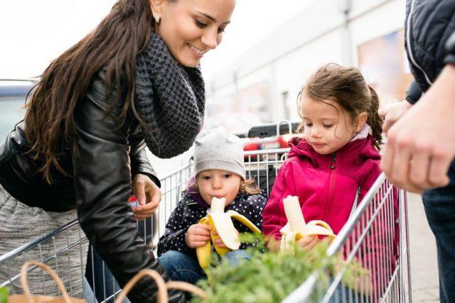 Augen auf beim täglichen Einkauf: Schon mit einfachen Tricks können junge Eltern viel Geld sparen, ohne auf etwas verzichten zu müssen.