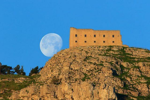 Sizilien hat eine wunderschöne Landschaft und leckere Küche zu bieten
