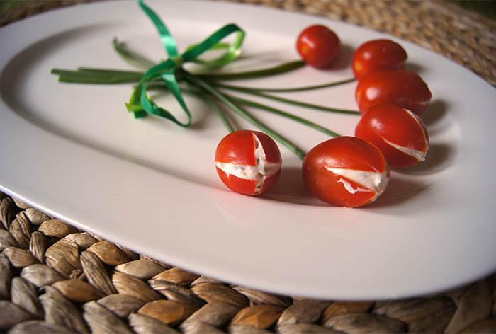 essbare Tomatentulpen mit Frischkäsefüllung