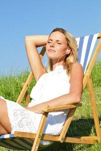 Intensive Sonnenbäder sollten nicht länger als eine Stunde dauern, dabei sollte man sich mit Sonnenschutz mit einem Lichtschutzfaktor von mindestens 30 schützen.