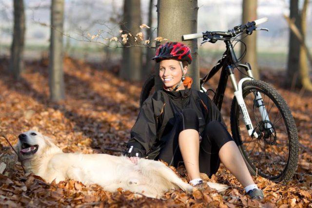 Beim Radfahren sollte man auf eine Geschwindigkeit achten, bei der der Hund locker mitlaufen kann. Regelmäßige Pausen sind wichtig.