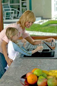 Kinder schon frühzeitig an das Trinken von Leitungswasser zu gewöhnen, kann viele Vorteile haben.