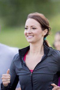 Regelmäßige Bewegung stärkt die Muskeln, das Herzkreislaufsystem und baut Stress ab.