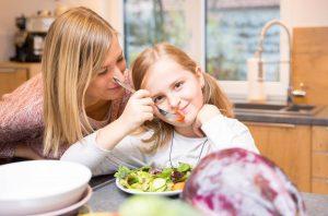 Während süße Früchte gerne genascht werden, schmeckt den Kleinen Rohkost oft weniger.