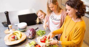 Nach Empfehlung der Deutschen Gesellschaft für Ernährung (DGE) sollte man fünf Portionen Obst und Gemüse am Tag verzehren.