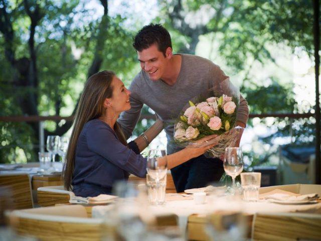 Einen Tisch in einem gemütlichen Lokal buchen und dazu noch einen Blumenstrauß mitbringen - viel romantischer kann einer Umfrage zufolge ein Date nicht sein.
