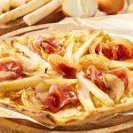 Pizza mal anders - in diesem Fall belegt mit Sauce Hollandaice, weißen Spargelstücken, Zwiebeln und Schinken.