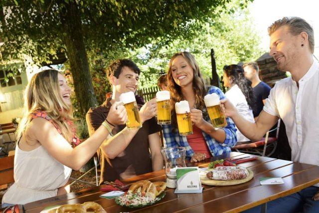 Lockeres Zusammensein mit Freunden an einem lauen Abend: Den Sommer kann man am besten in einem schönen Biergarten genießen.