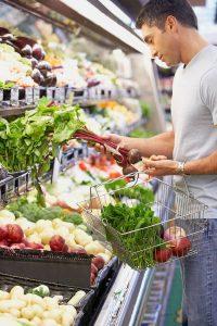 Wer den Einkauf gut plant, auf Angebote achtet und saisonal verfügbare Obst- und Gemüsesorten wählt, kann sich auch bei knappem Budget günstig ernähren.