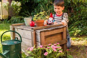 Der Gartenzwerg stimmt schon einmal auf die Motto-Party zum Geburtstag ein.