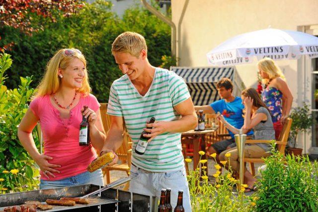 Heute kommen nicht nur die Klassiker Bratwurst und Steak, sondern auch viele andere Köstlichkeiten auf den Grill - von Fisch bis zu Gemüse.