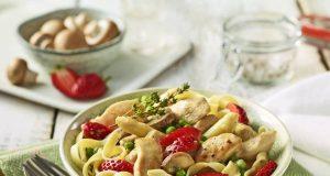 Erdbeeren passen perfekt zu Geflügelgerichten: Ein Rezepttipp ist beispielsweise Hähnchengeschnetzeltes mit Erdbeeren und Spargel.