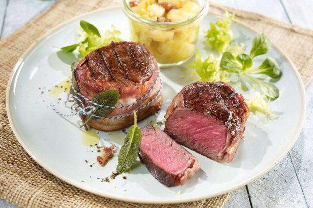 Gegrillte Medaillons vom Rothirsch mit Birnen-Chutney: Wildfleisch lässt sich auch schnell und einfach auf dem Grill zubereiten.