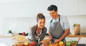 Frisch kochen mit gesunden Zutaten: Eine ausgewogene Ernährung ist keine Frage des Geldbeutels.
