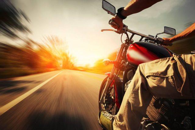Auf den ersten 100 bis 200 Kilometern ist behutsames Fahren gefragt: Neue Motorradreifen wollen erst gut eingefahren werden.