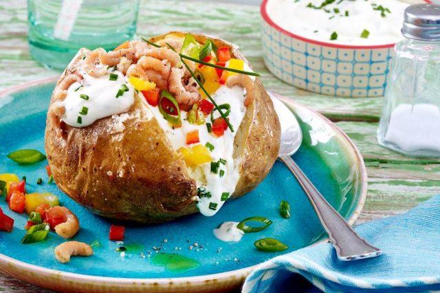Kartoffeln mit Kräuterquarktopping, Paprikasalsa und Krabben: einfach zubereitet und ideal für die Gartenparty mit vielen Gästen oder als schnelles Abendessen.
