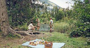 An einem idyllischen Plätzchen die Natur genießen und sich mit mitgebrachten Snacks stärken: Picknick ist ein Freizeitspaß für die ganze Familie.