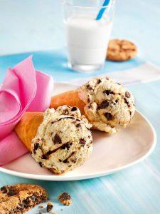 Eis küsst Keks: Ein Kekskrümel-Eis mit Schokosoße schmeckt garantiert nicht nur an heißen Tagen.