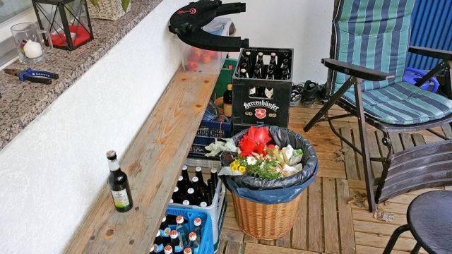 Die Lagerung von Getränken oder anderen Gegenständen auf dem Balkon ist gestattet - solange keine unangenehmen Gerüche gestehen und der äußere Eindruck nicht beeinträchtigt wird.