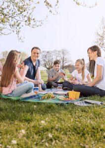 Zwischen den Snacks bleibt viel Zeit zum Spielen - daher sollten auch ein Ball oder ein Kartenspiel zur Picknickausrüstung gehören.