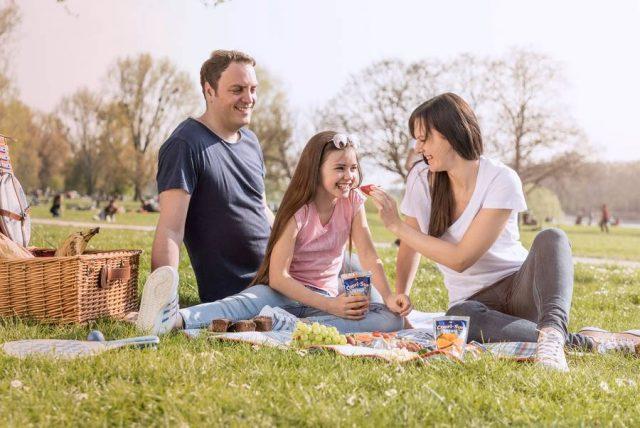 Urlaub zu Hause: Bei einem Picknick im Grünen kommt Sommerstimmung pur auf.