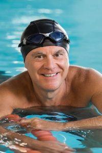 Regelmäßiges Schwimmen gilt als hervorragendes Gefäßtraining und kann Atherosklerose entgegenwirken.