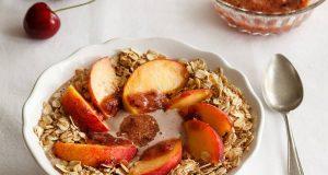 Im Sommer sind kalte, obstbetonte Mahlzeiten wie eine Smoothie-Bowl mit Haferflocken sehr erfrischend. Die gesunden Getreideflocken sorgen dafür, dass man nicht gleich wieder Hunger hat.