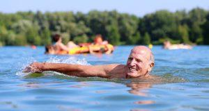 Dank des Auftriebs im Wasser ist Schwimmen sehr schonend für die Gelenke - am besten eignen sich Kraulen oder Rückenschwimmen.