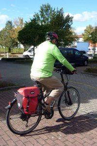 Viele Senioren, die bisher auf das Fahrrad verzichtet haben, sind nun mit einem E-Bike oder Pedelec unterwegs. Einsteiger sollten sich des erhöhten Risikos allerdings bewusst sein.