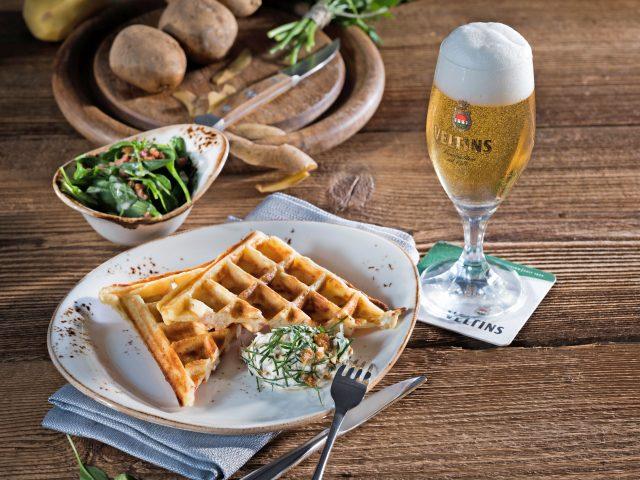 Bei Speckwaffeln mit Petersilien-Nuss-Creme handelt es sich um eine genussvolle, herzhafte Vorspeise. Ein erfrischendes Pils ist dazu die richtige Kombination.