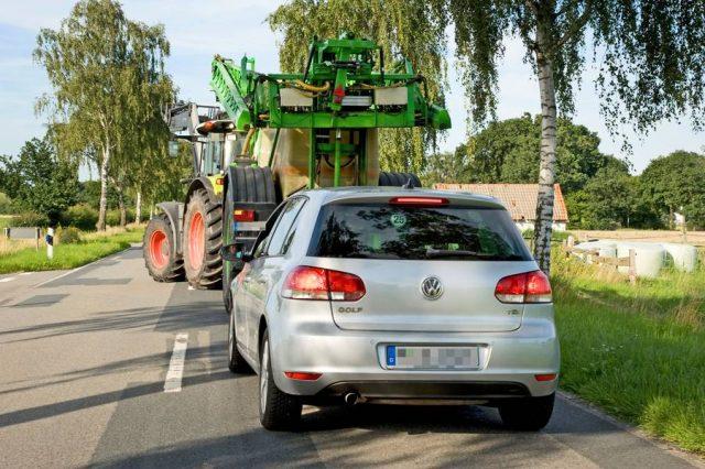 Gerade in ländlichen Gebieten sollten sich Autofahrer während der herbstlichen Erntezeit auf kritische Begegnungen mit landwirtschaftlichen Nutzfahrzeugen einstellen.