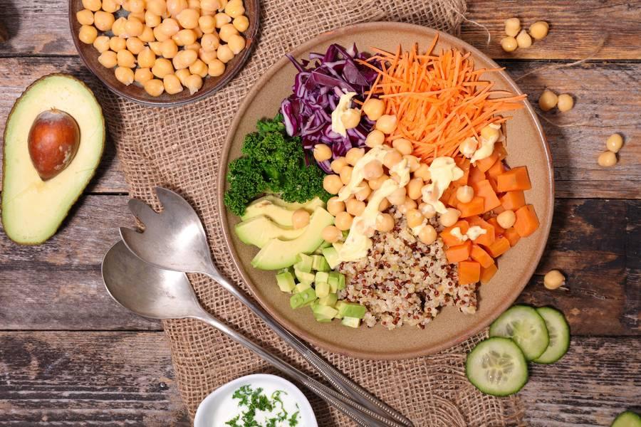 """Gesund genießen: In die aktuell besonders angesagten """"Buddha Bowls"""" kommen nur frische, gesunde und vollwertige Zutaten."""