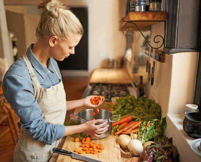 Hände weg von verarbeiteten Lebensmitteln, in die Küche kommen nur frische, natürliche Zutaten: So lautet die wohl wichtigste Grundregel für den Ernährungstrend