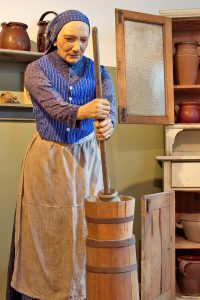 Zur Arbeit der Müllerin gehörte früher auch das Buttern.