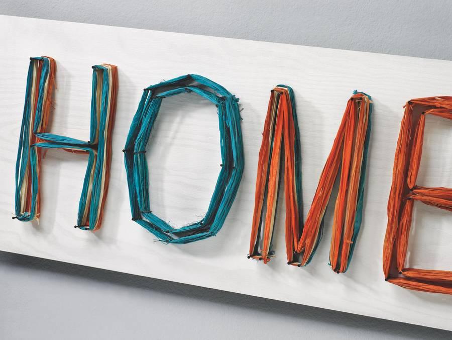 Selbstgebastelte Präsente kommen garantiert gut an. So lässt sich etwa aus einem Stück Holz, farbigen Fäden und einer Handvoll Nägel ein kleines Kunstwerk anfertigen.