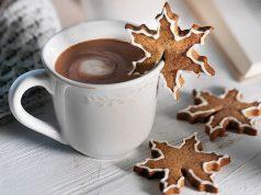 Zimt, Nelken, Muskatnuss und feiner Puderzucker verleihen den würzigen Tassenkeksen das typische weihnachtliche Aroma.