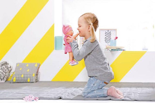 Mit ihr wird geschmust und fantasievoll gespielt: Über Jahre hinweg begleitet die Lieblingspuppe kleine Mädchen und wächst ihnen ans Herz.