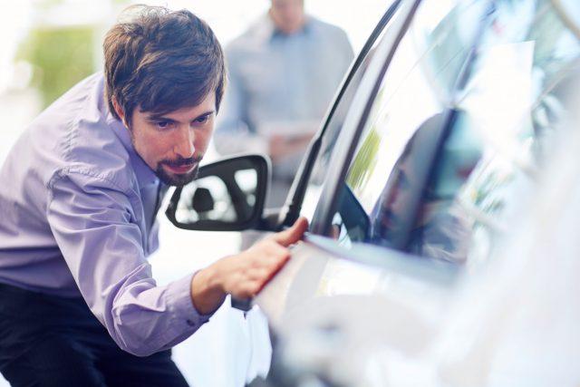 Ein potenzieller Autokäufer sollte das gebrauchte Fahrzeug gründlich begutachten und eine Probefahrt machen.